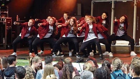 60 Mädchen tanzen um die Kirche in Berg