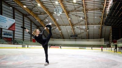 Die Engelbergerin Salome Limacher, Mitglied des InternationalenSchlittschuhclubs Engelberg, trainiert im Eiszentrum Luzern. (Bild: Philipp Schmidli, 7. Juni 2018)