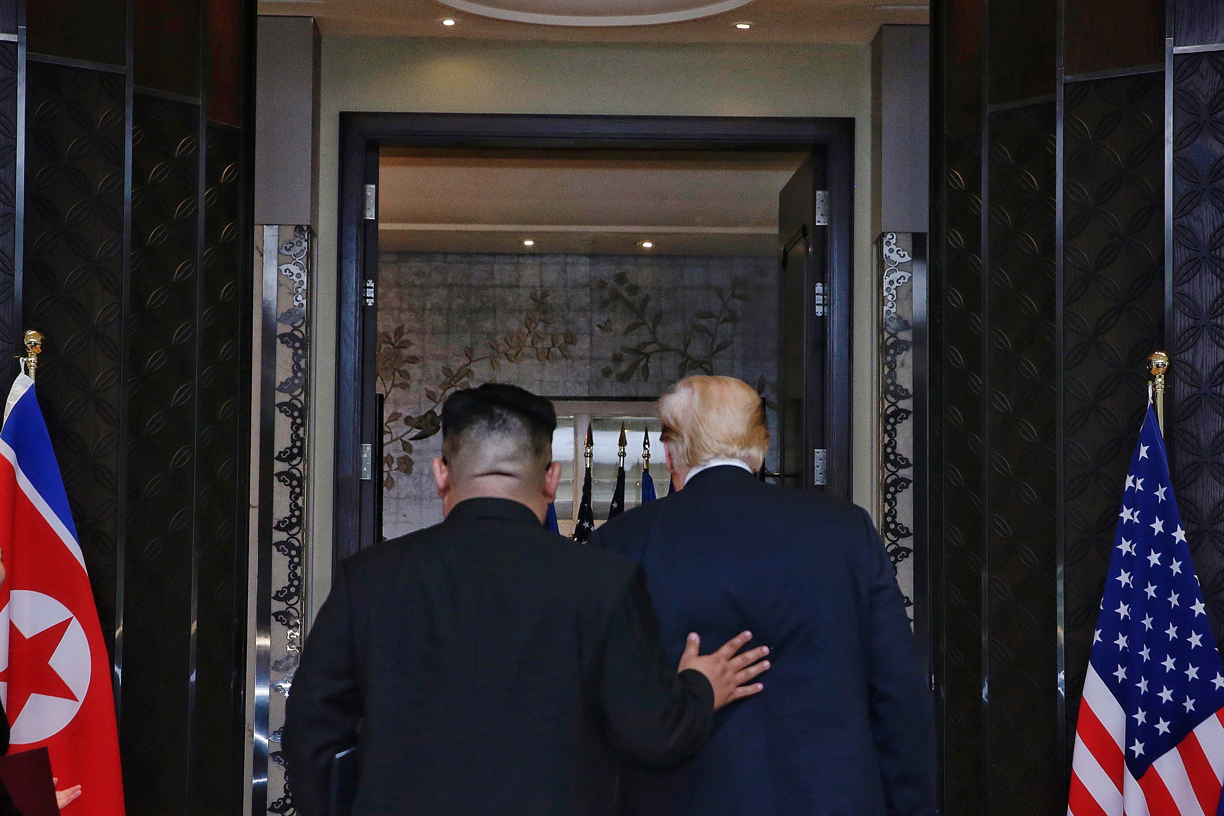 Sie wirken wie gute Freunde: Kim Jong Un begleitet Donald Trump nach der Vertragsunterzeichnung nach draussen. (Bild: EPA/KEVIN LIM)