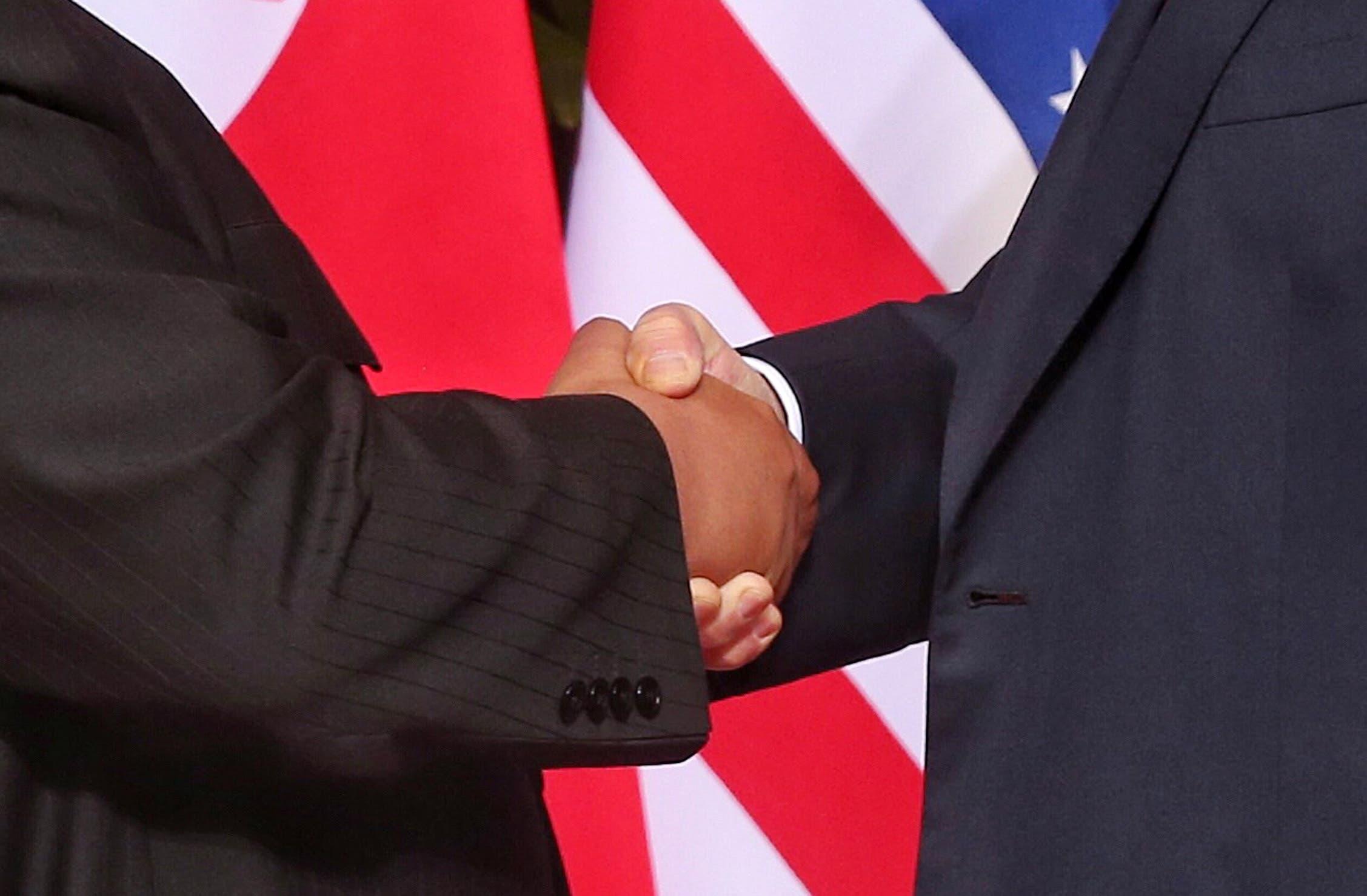 """Historischer Händedruck oder ist alles nur """"All talk and no action""""? Das wird sich noch herausstellen in den kommenden Wochen und Monaten. (Bild:EPA/KEVIN LIM)"""