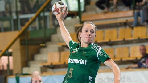 Trotz sportlichen Höhenflügen, wie hier von Spielerin Zerin Özcelik, ist der LC Brühl Handball finanziell nicht auf Rosen gebettet.(Bild: Ralph Ribi)