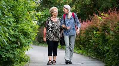 Die sehbehinderte Maria Wagner (links) ist auf den SRK-Begleitdienst von der Freiwilligen Judith Krummenacher angewiesen. (Bild: Eveline Beerkircher (Luzern, 5. Juni 2018))