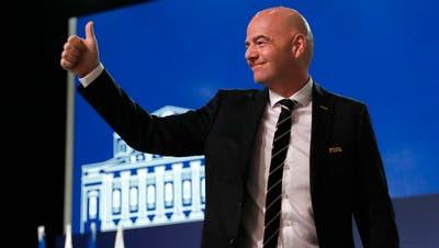 Ein Daumen hoch von FIFA-Präsident Gianni Infantino. (AP Photo/Pavel Golovkin)