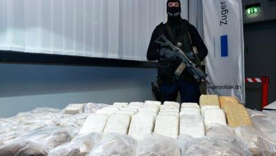 An einer Pressekonferenz 2014 präsentierte die Zuger Polizei der Öffentlichkeit die Drogen, die bei den Mitgliedern des Rings sichergestellt wurden. Bild: Stefan Kaiser