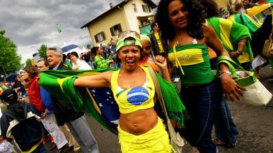 Karnevalsstimmung an der Festmeile in Weggis.(Bild: Michael Buholzer (28. Mai 2006))