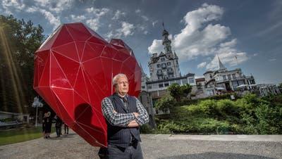 Der russische Oligarch Alexander Lebedev vor dem Werk «Heart» des russischen Künstlers Vasily Klyukin im neu eröffneten Kunstpark beim Hotel Château Gütsch. Bild: Pius Amrein (Luzern, 15.Juni 2018)