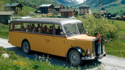 Fahrt im offenen Postauto über den Grossen St.Bernhard, September 1945. (Bild: Walter Scheiwiller/KEY)
