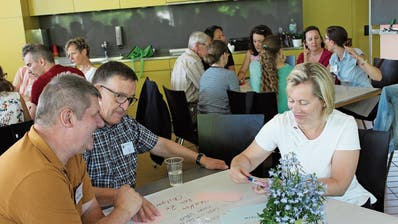 Stadträtin Elsbeth Aepli diskutiert mit einem Teilnehmer und Quartiervereinspräsident Peter Wanner (2. v. l.). (Bilder: Hugo Berger)