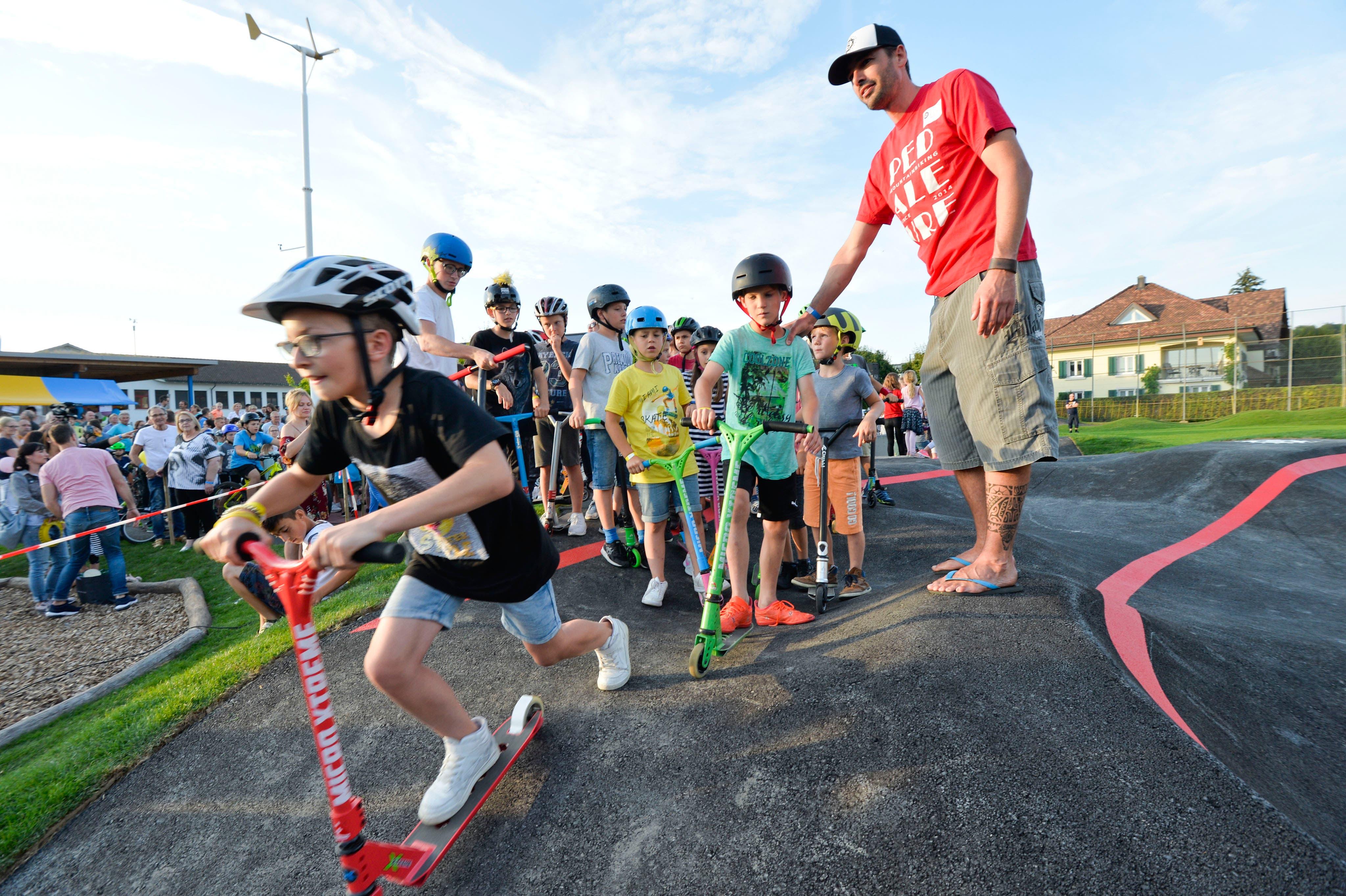 Lukas Gasser kontrolliert, dass sich nicht zu viele Kinder gleichzeitig auf dem Pumptrack befinden.