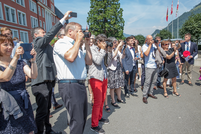 Stolze Angehörige halten den Moment des Triumphes fest. (Bild: André A. Niederberger, 16. Juni 2018)