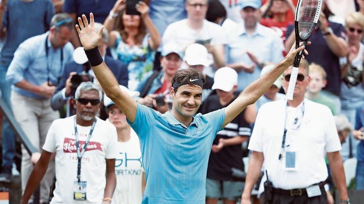 In Jubelpose: Roger Federer feiert seinen 98. ATP-Turniersieg und spricht hinterher von einem «kleinen Wunder». (Bild: Alex Grimm/Getty (Stuttgart, 17. Juni 2018)