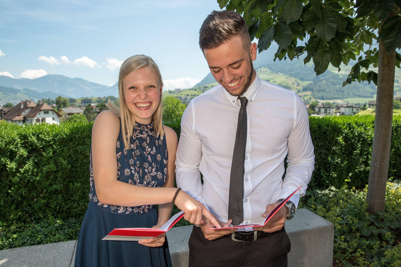 Celina Christen und Leutrim Ismajli aus Wolfenschiessen tauschen sich über ihre Prüfungsergebnisse aus. (Bild: André A. Niederberger, 16. Juni 2018)
