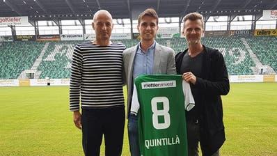 Der Neuzugang mit Trainer Peter Zeidler (links) und Sportchef Alain Sutter.