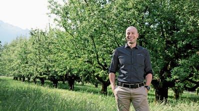 Werkstattleiter Reto Leuenberger in der Apfelplantage, die neu zum Teil vom Weidli bewirtschaftet wird. (Bilder: Corinne Glanzmann (Stans, 19. Juni 2018))