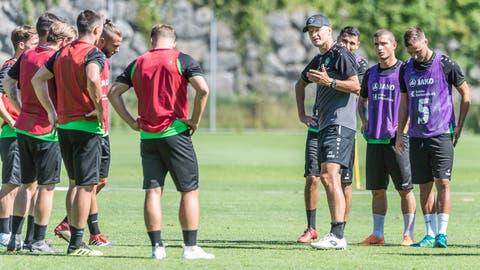 St. Gallens neuer Trainer Peter Zeidler versammelt am Dienstag seine Mannschaft erstmals in dieser Vorbereitung auf dem Platz. (Bild: Hanspeter Schiess)