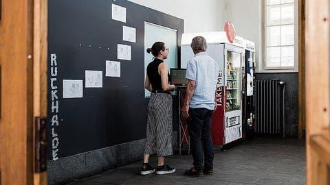 Kunst im Wartsaal des Gaiserbahnhofs in St.Gallen: Zeichnungen von Hans Schweizer. (Bild: Sabrina Stübi)
