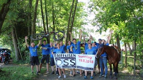 Das Organisationskomitee posiert mit Mountainbike und Pferd Elvis am Hüttwilersee. (Bild: Manuela Olgiati)
