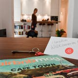 Immer mehr Städte regulieren das Geschäft mit Liegenschaftsvermietungen über die Plattform Airbnb. Bild: Jens Kalaene/DPA
