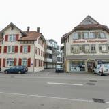 Rechts das Möschingerhaus. Es soll abgebrochen werden, obwohl der Kanton es für wertvoll erachtet.