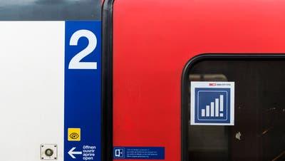 EinAufkleber an einer Zugtüre weist auf besseren Handy-Empfang im Zug hin. (Bild: Keystone)
