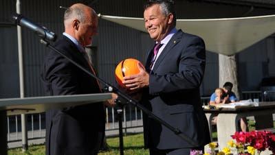 Landratspräsident Peter Tresch (rechts) erhielt von Gemeindepräsident Felix Cavaletti einen Fussball geschenkt.(Bild: Urs Hanhart (Göschenen, 20. Juni 2018))