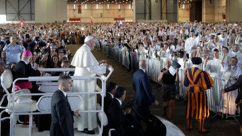 Papst Franziskus in seinem Papamobil vor der Messe in den Palexpo-Hallen.Bild: Alessandra Tarantino/Keystone (Genf, 21. Juni 2018)
