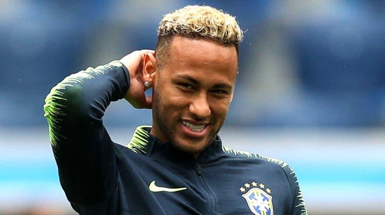 Neymar wirkt entspannt während des Trainings. Bild: Buda Mendes/Getty (St. Petersburg, 21. Juni 2018)