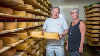 Sie verarbeiteten drei Millionen Kilogramm Milch im Jahr: Emil und Edith Amacker im Keller, wo 3500 Käseleiber reifen. (Bild: Urs Bucher)