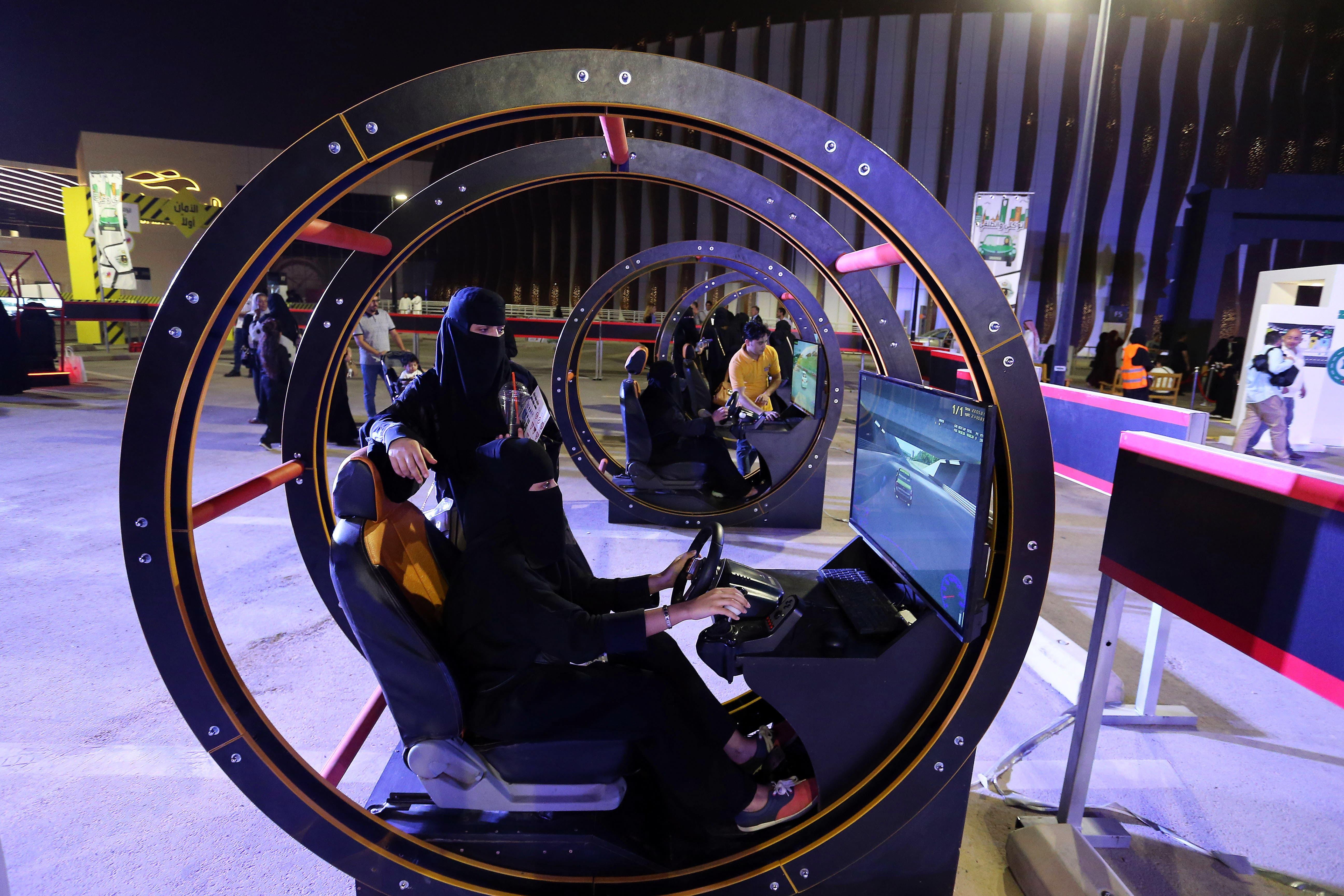 Arabische Frauen bereiten sich auf die Abschaffung des Fahrverbots vor, indem sie an Fahrsimulatoren üben. Bild: Ahmed Yosri/EPA (Riyadh, 21. Juni 2018)
