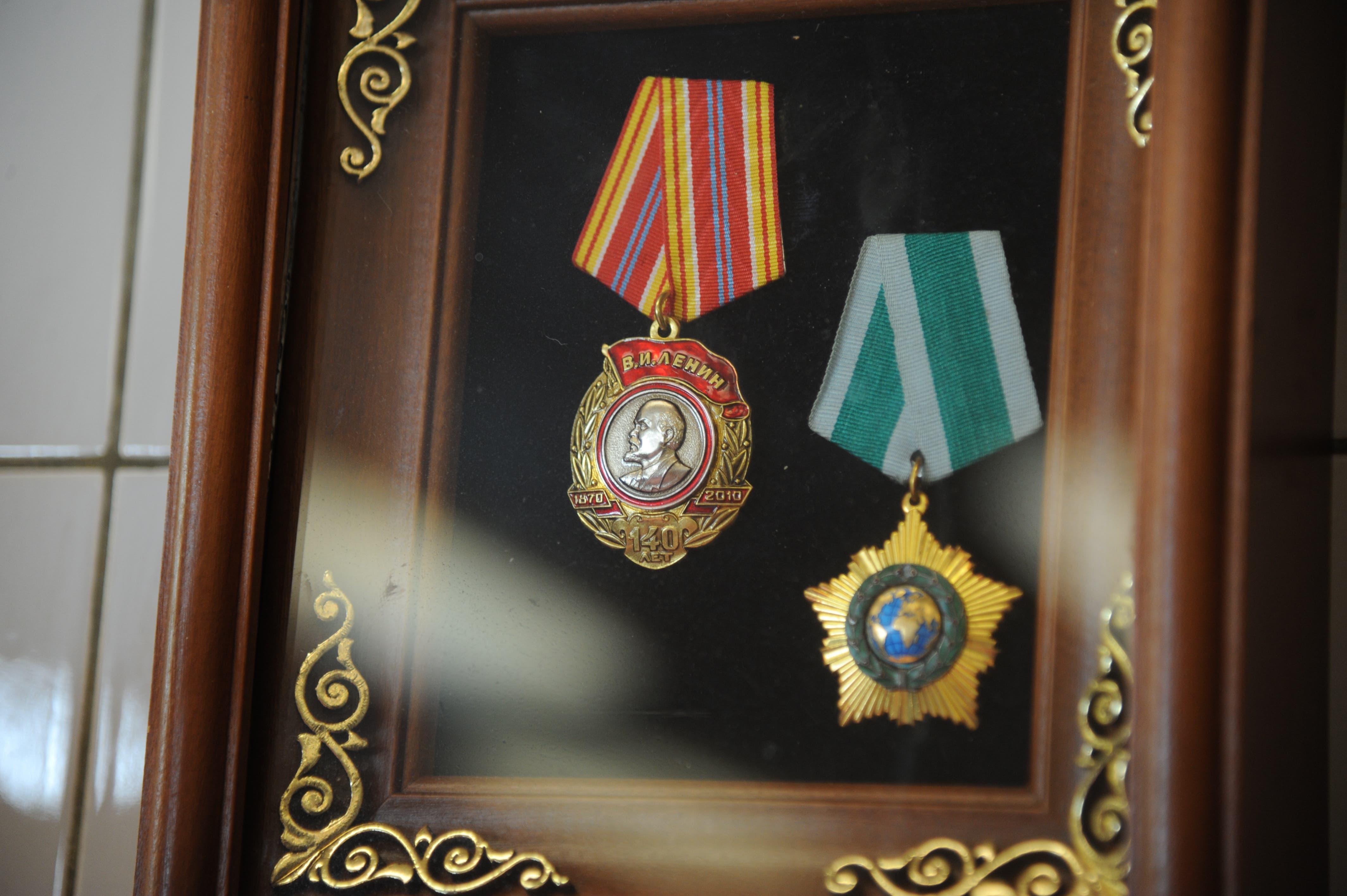 Für seinen Einsatz für Russland hat Ferdi Muheim bereits mehrere Orden erhalten: den Lenin-Orden (links) und den Orden der Freundschaft (rechts). In seiner Metzgerei kommen die Orden eingerahmt prominent zur Geltung. (Foto: Urs Hanhart (Andermatt, 8. Juni 2018))