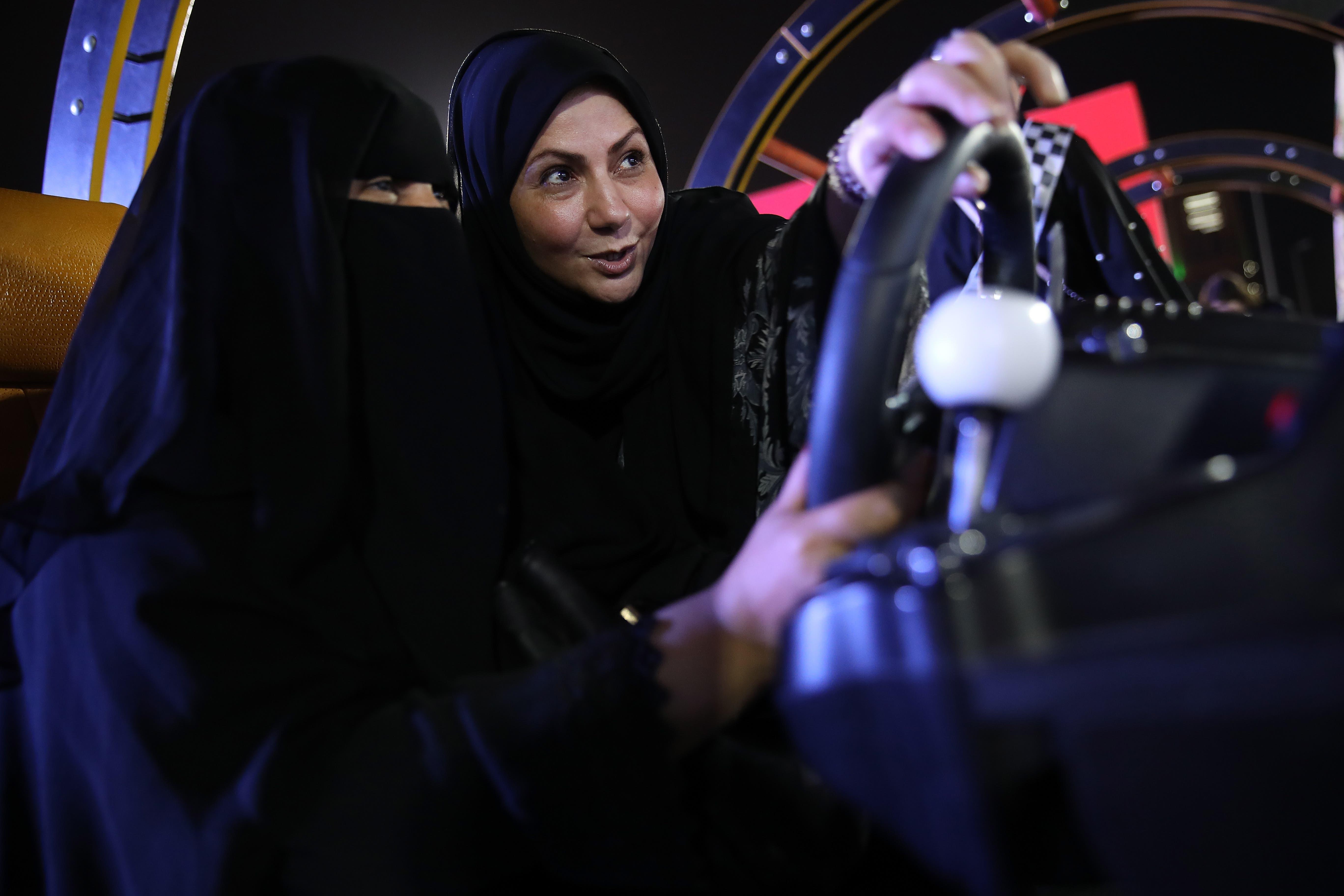 Eine Fahrlehrerin gibt einer arabischen Frau Fahrtipps.Bild: Sean Gallup/Getty (Jeddah, 21. Juni 2018)