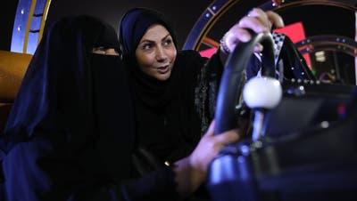 Arabische Frauen bereiten sich auf die Abschaffung des Fahrverbots vor, indem sie an Fahrsimulatoren üben. Bild: AhmedYosri/EPA (Riyadh, 21. Juni 2018)