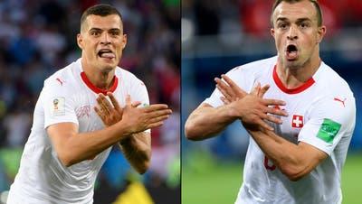 Stein des Anstosses: Granit Xhaka und Xherdan Shaqiri zeigten im Spiel gegen Serbien den Doppeladler. (Bild: Keystone)
