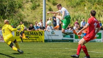 Cedric Itten (Mitte) erzielt das 1:0, Bazenheids Torhüter Adrian Bernet bleibt ohne Abwehrchance. Bild: Michel Canonica