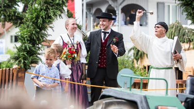 Mit dem Motto «Trachtenhochzigg» nahmen das Jodlerchörli und das Chinderchörli Geuensee am Festumzug in Schötz teil. (Bild: Manuela Jans-Koch, 24. Juni 2018)