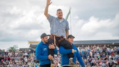 Armon Orlik lässt sich nach seinem Sieg im Schlussgang feiern. (Bild: Benjamin Manser)