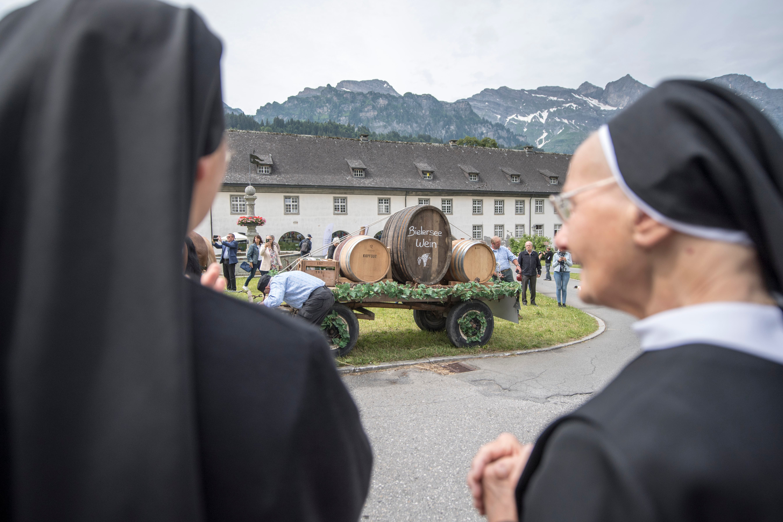 Klosterschwestern beobachten die Szenerie. (Bilder: Urs Flüeler/Keystone (Engelberg, 24. Juni 2018))