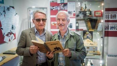 Werner Hagmann, Co-Präsident der IG Schloss Dottenwil, und Fredi Zwickl, Co-Präsident des Museums (rechts) in der aktuellen Ausstellung über 475 Jahre Schloss und 20 Jahre Kulturzentrum. (Bild: Michel Canonica)