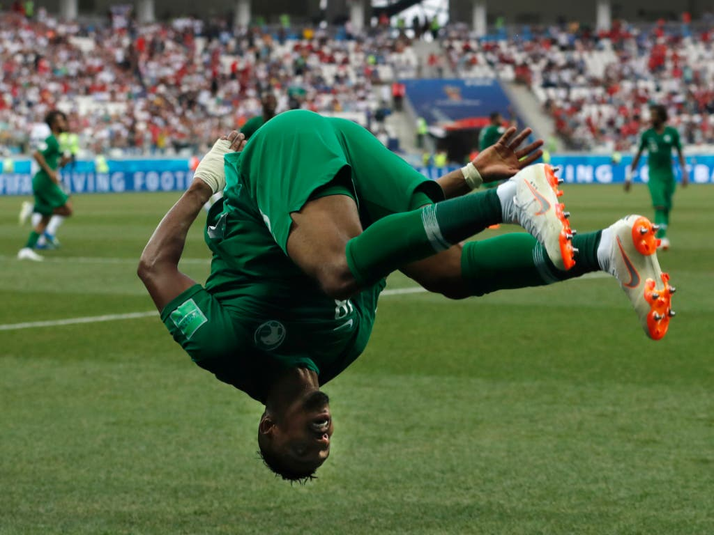 Saudi Arabia's Salem Aldawsari celebrates with a flip after scoring his side's second goal during the group A match between Saudi Arabia and Egypt at the 2018 soccer World Cup at the Volgograd Arena in Volgograd, Russia, Monday, June 25, 2018. (AP Photo/Darko Vojinovic) (Bild: KEYSTONE/AP/DARKO VOJINOVIC)