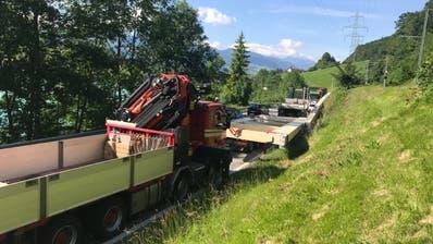 Lastwagen mit übergrosser Ladung verunfallt auf Brünigstrasse