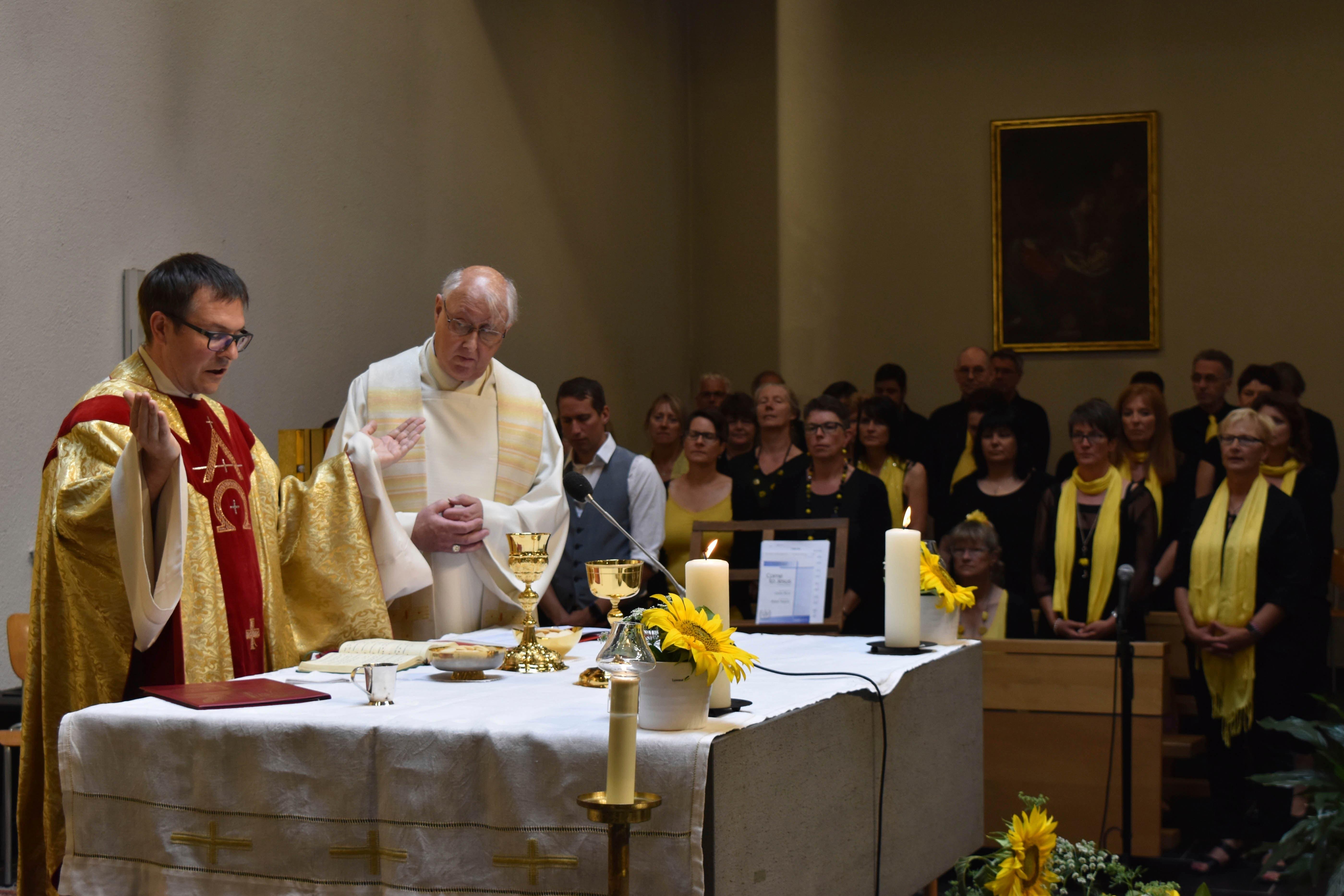 Mit einem Festgottesdienst, gestaltet durch Dekan Daniel Krieg und Pfarrer Notker Bärtsch (von links), und dem Gospelchor Uri startete das Jubiläumsfest «50 Jahre Kirche St. Josef». (Bild: Georg Epp (Sisikon, 24. Juni 2018))
