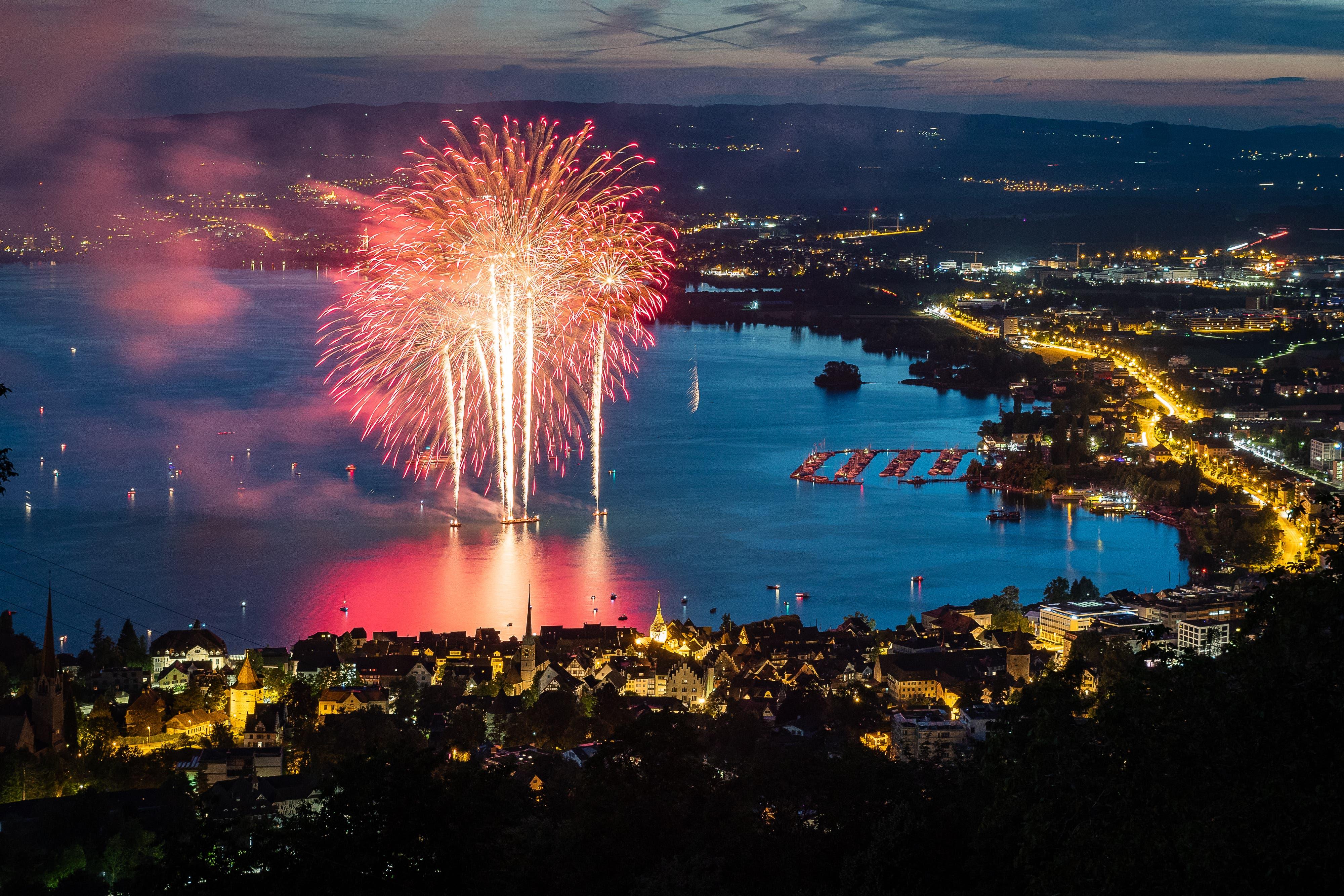 Das Feuerwerk über dem Zuger Seebecken (Bild: Christian H. Hildebrand, 23. Juni 2018).