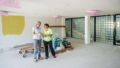 Der Altbau des Alterszentrums Kreuzlingen befindet sich in der Schlussphase der Sanierung. Geschäftsführerin Anna Jäger und Ursi Rieder, Leiterin Pflege und Betreuung, nehmen einen Augenschein. (Bild: Reto Martin)