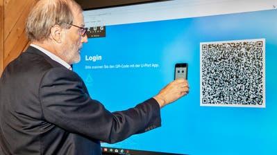 Stadtpräsident Dolfi Müller bei seiner digitalen Stimmabgabe. (Bild:PD)