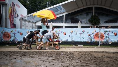 Am Open Air wird nicht mehr gebechert als an einem durchschnittlichen Dorffest. (Bild: Peer Füglistaller)