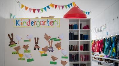 Kindergärtler in Sarnen beim Kartenspiel. (Bild: Corinne Glanzmann (Sarnen, 26. Juni 2018))
