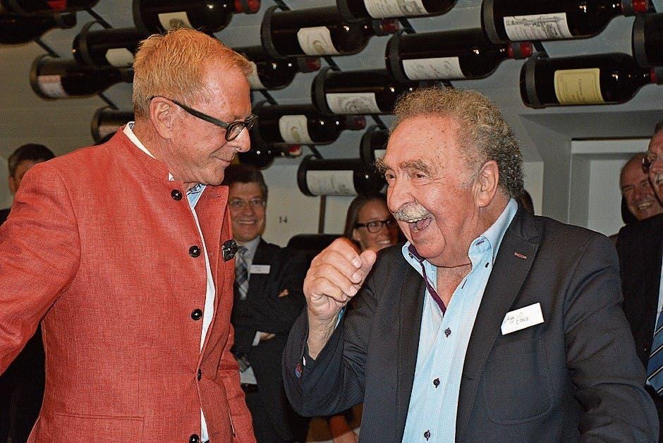 Emil «Migg» Eberle (rechts) während der Eröffnung seines erweiterten Weinkellers im «Gupf» mit Moderator Kurt Aeschbacher. (Bild: KER)