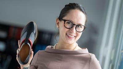 Catalina Jossen Cardozo mit einem Schuh, den sie vermarktet. Bild: Bridge/PD