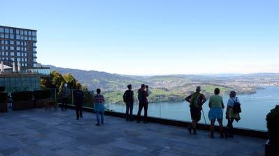 Ausflügler bewundern die Aussicht vom Bürgenstock. (Bild: Martin Uebelhart (5. Oktober 2017))