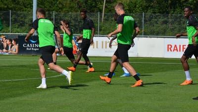 Nias Hefti mit St.Gallens Sportchef Alain Sutter. (Bild: pd)